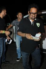 Salman Khan snapped at airport on 17th March 2016 (104)_56ebeae3476bb.JPG