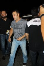 Salman Khan snapped at airport on 17th March 2016 (105)_56ebeae41f7a9.JPG