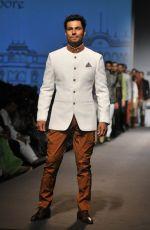 Randeep Hooda in Rohit Karma Show on day 3 of Amazon India fashion week on 18th March 2016 (5)_56ed4111efb53.jpg