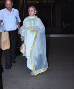 Jaya Bachchan snapped at airport on 19th March 2016 (18)_56ef999e66730.JPG