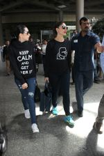 Karisma Kapoor, Kareena Kapoor snapped at airport on 19th March 2016 (43)_56ef9a3637cef.JPG