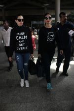 Karisma Kapoor, Kareena Kapoor snapped at airport on 19th March 2016 (45)_56ef9a38b89af.JPG