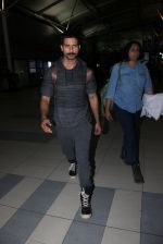 Shahid Kapoor snapped at airport on 21st March 2016 (47)_56f0f10bc8b98.JPG