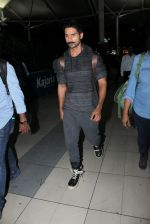 Shahid Kapoor snapped at airport on 21st March 2016 (50)_56f0f10de7f60.JPG