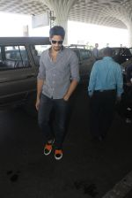 Sidharth Malhotra snapped at airport on 21st March 2016 (16)_56f0f1189b84a.JPG