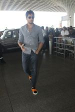 Sidharth Malhotra snapped at airport on 21st March 2016 (18)_56f0f11a82697.JPG