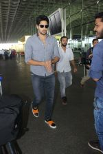 Sidharth Malhotra snapped at airport on 21st March 2016 (25)_56f0f126d2cd4.JPG
