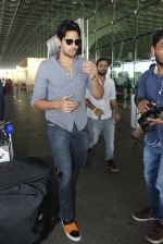 Sidharth Malhotra snapped at airport on 21st March 2016 (26)_56f0f129c1527.JPG