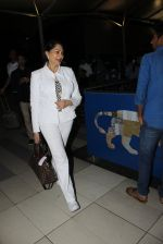 Simi Garewal snapped at airport on 21st March 2016 (41)_56f0f129d5f03.JPG