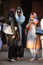 Tabu at Dara Singhs wife_s funeral on 22nd March 2016 (10)_56f247ee46982.JPG