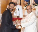 Ajay Devgan recieving Padam Shri award from President Pranab Mukherjee on 28th March 2016
