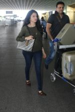 Bhagyashree snapped at airport on 28th March 2016 (8)_56fa6db682adb.JPG