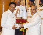 Madhur Bhandarkar recieving Padam Shri award from President Pranab Mukherjee on 28th March 2016