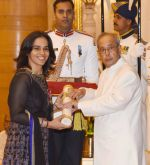 Sania Nehwal recieving Padam Shri award from President Pranab Mukherjee on 28th March 2016 (7)_56fa734c59fd7.jpg