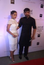 Aashish Chaudhary at Manish malhotra lakme red carpet on 29th March 2016 (142)_56fbbf66653e0.JPG