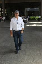Anupam Kher snapped at airport on 29th March 2016 (11)_56fbae8c20f1e.JPG