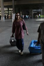 Esha Deol snapped at airport on 29th March 2016 (2)_56fbaeb74a8f0.JPG