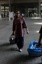 Esha Deol snapped at airport on 29th March 2016 (3)_56fbaeb98fbac.JPG