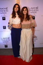 Monica Dogra, Shibani Dandekar at Manish malhotra lakme red carpet on 29th March 2016 (88)_56fbc071813da.JPG