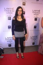 Padmini Kolhapure at Manish malhotra lakme red carpet on 29th March 2016 (164)_56fbc09920bf5.JPG