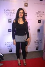 Padmini Kolhapure at Manish malhotra lakme red carpet on 29th March 2016 (165)_56fbc09a0880d.JPG