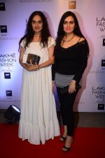 Padmini Kolhapure at Manish malhotra lakme red carpet on 29th March 2016 (71)_56fbc08e24c40.JPG