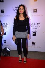 Padmini Kolhapure at Manish malhotra lakme red carpet on 29th March 2016 (72)_56fbc08fe86e0.JPG