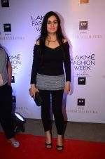 Padmini Kolhapure at Manish malhotra lakme red carpet on 29th March 2016 (75)_56fbc093b987a.JPG