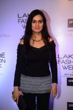 Padmini Kolhapure at Manish malhotra lakme red carpet on 29th March 2016 (76)_56fbc094912f3.JPG