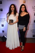 Padmini Kolhapure at Manish malhotra lakme red carpet on 29th March 2016 (77)_56fbc09581c03.JPG