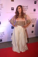 Shibani Dandekar at Manish malhotra lakme red carpet on 29th March 2016 (172)_56fbc10485abd.JPG