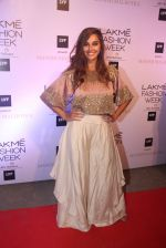 Shibani Dandekar at Manish malhotra lakme red carpet on 29th March 2016 (173)_56fbc10551482.JPG