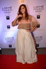 Shibani Dandekar at Manish malhotra lakme red carpet on 29th March 2016 (82)_56fbc0f9b8c06.JPG