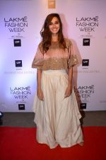 Shibani Dandekar at Manish malhotra lakme red carpet on 29th March 2016 (83)_56fbc0fae018b.JPG