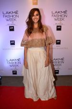 Shibani Dandekar at Manish malhotra lakme red carpet on 29th March 2016 (85)_56fbc0fe79011.JPG
