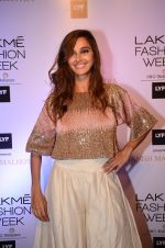 Shibani Dandekar at Manish malhotra lakme red carpet on 29th March 2016 (86)_56fbc0ff7cbb6.JPG