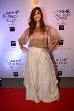Shibani Dandekar at Manish malhotra lakme red carpet on 29th March 2016 (87)_56fbc1011f2db.JPG
