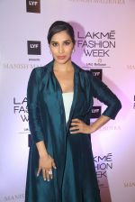 Sophie Chaudhary at Manish malhotra lakme red carpet on 29th March 2016 (125)_56fbc15887297.JPG