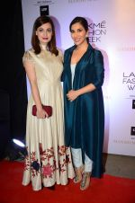 Sophie Chaudhary at Manish malhotra lakme red carpet on 29th March 2016 (13)_56fbc154bd777.JPG