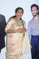 Asha Bhosle at Maharastrian award by Lokmat on 1st April 2016 (37)_56ffacc15ca7d.JPG