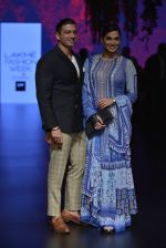 Isha Koppikar at Anita Dongre Show at LIFW 2016 Day 3 on 1st April 2016 (275)_56ffb50b0c61d.JPG