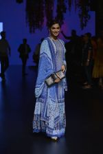 Isha Koppikar at Anita Dongre Show at LIFW 2016 Day 3 on 1st April 2016 (276)_56ffb50d33964.JPG