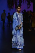 Isha Koppikar at Anita Dongre Show at LIFW 2016 Day 3 on 1st April 2016 (281)_56ffb51808d06.JPG