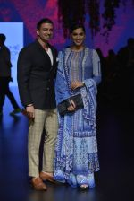 Isha Koppikar at Anita Dongre Show at LIFW 2016 Day 3 on 1st April 2016 (294)_56ffb5405f854.JPG