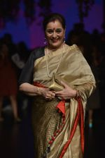 Poonam Sinha at Anita Dongre Show at LIFW 2016 Day 3 on 1st April 2016 (327)_56ffb50210e2d.JPG