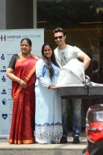 Arpita Khan leaves hospital with baby on 5th April 2016 (8)_5704eda1c2461.JPG