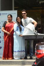 Arpita Khan leaves hospital with baby on 5th April 2016 (9)_5704eda2d655f.JPG