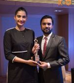Sonam Kapoor receives the _I Am Woman_ women empowerment award on 5th April 2016