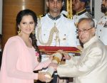 Sania Mirza at Padma Bhushan ceremony on 12th April 2016 (5)_570e506bb184c.jpg