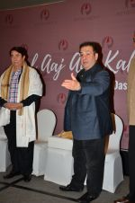 Randhir Kapoor, Rajiv Kapoor at an Exhibition on Randhir Kapoor by Geeta Das on 15th April 2016 (6)_5712116b40014.JPG